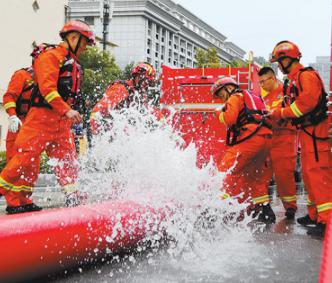 2022考研时政热点:消防救援人员在进行排涝作业